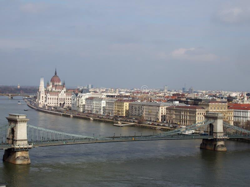 Vista aerea di paesaggio urbano di Budapest che mostra il Parlamento ed i monumenti storici lungo il fiume Danubio fotografie stock libere da diritti