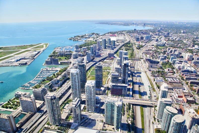 Vista aerea di paesaggio urbano e di Harbourfront di Toronto lungo il lago Ontario fotografie stock libere da diritti