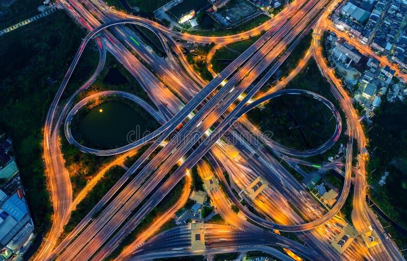 Vista aerea di paesaggio urbano e di traffico sulla strada principale alla notte immagine stock libera da diritti
