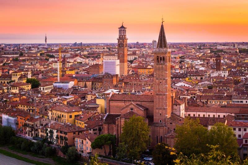Vista aerea di paesaggio urbano di notte della città di Verona e della chiesa Santa Anas fotografia stock