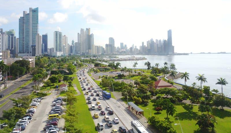 Vista aerea di Panamá, Panama che mostra il viale della balboa immagine stock libera da diritti