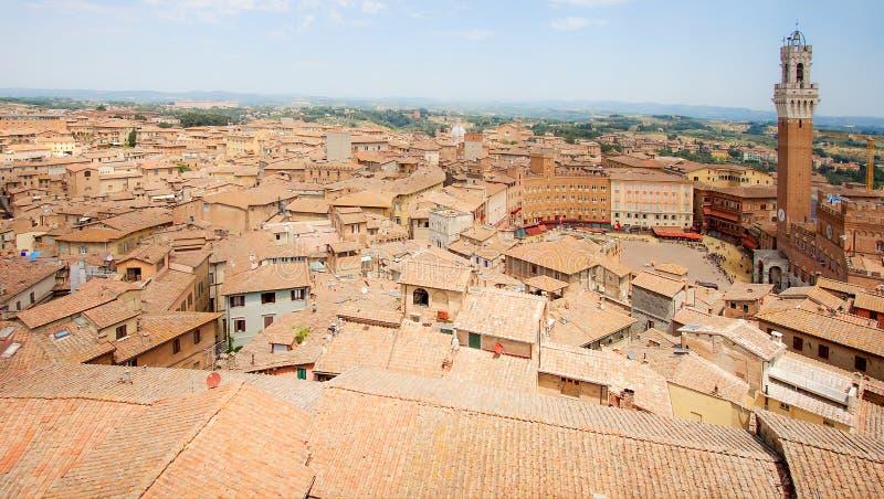 Vista aerea di panorama di Siena Historic Old Town, Italia, con Piazza del Campo e la torre di Mangia il giorno di Palio immagine stock
