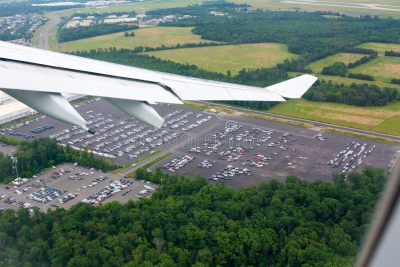 Vista aerea di parcheggio dell'automobile considerata dall'aeroplano volante fotografia stock