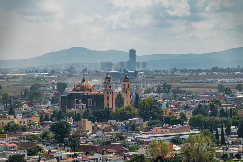 Vista aerea di Parroquia de San Andres Apostol Saint Andrew la chiesa dell'apostolo - Cholula, Puebla, Messico fotografia stock libera da diritti