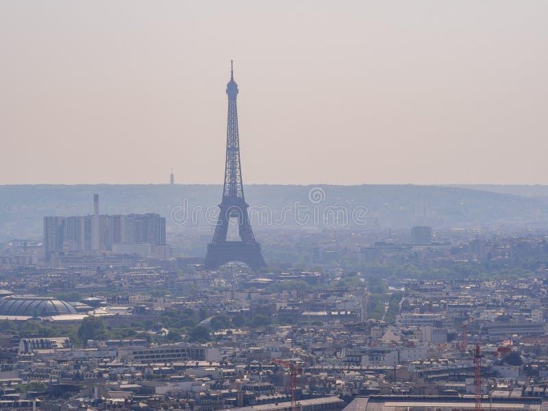 Vista aerea di pomeriggio di paesaggio urbano con la torre Eiffel dalla basilica del cuore sacro di Parigi fotografie stock