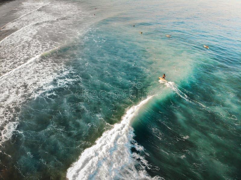Vista aerea di praticare il surfing a San Juan, unione della La - le Filippine fotografie stock