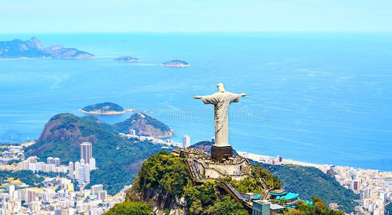 Vista aerea di Rio de Janeiro con il redentore di Cristo e la montagna di Corcovado fotografia stock