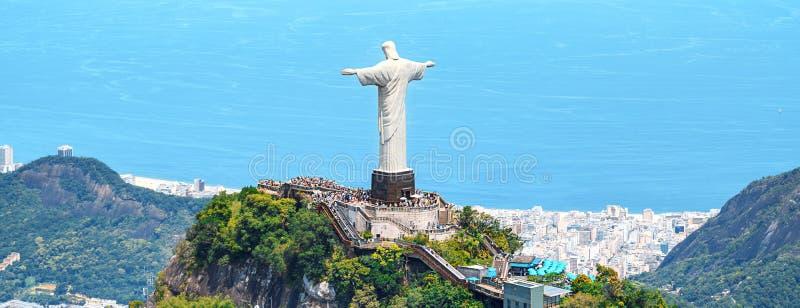 Vista aerea di Rio de Janeiro con il redentore di Cristo e la montagna di Corcovado immagine stock libera da diritti
