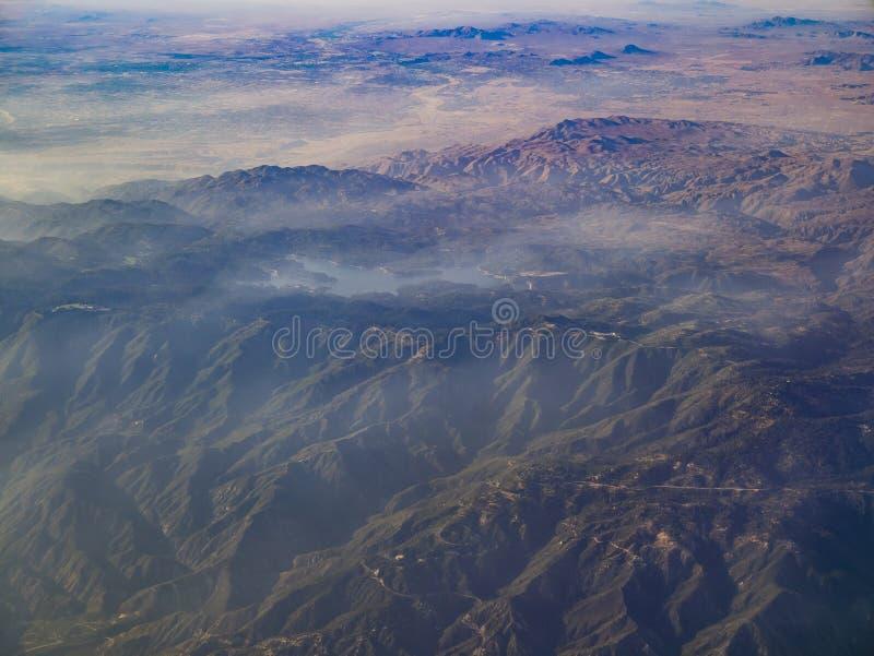 Vista aerea di San Bernardino Mountains e della sagittaria del lago, vista immagini stock libere da diritti