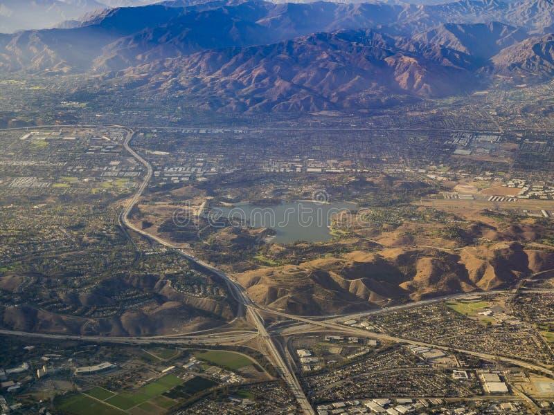 Vista aerea di San Dimas e del bacino idrico di Puddingstone, vista da w fotografia stock