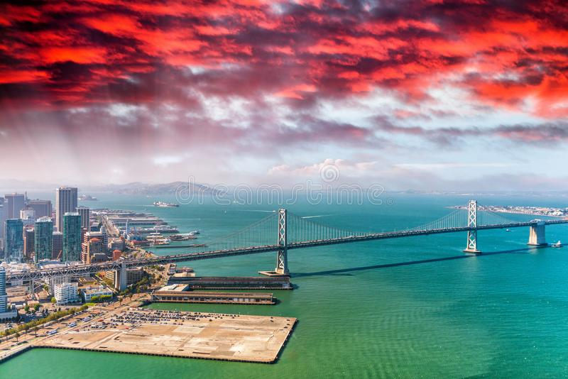 Download Vista Aerea Di San Francisco Bay Bridge Dall'elicottero Immagine Stock - Immagine di downtown, corsa: 117980045