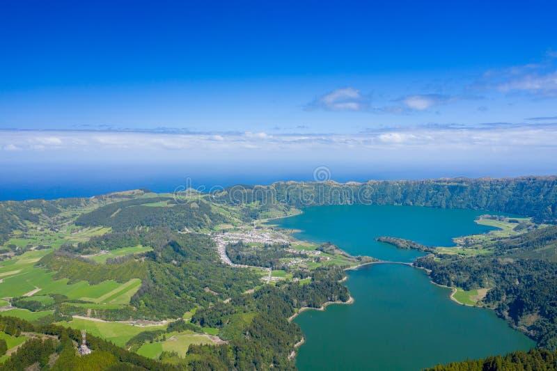 Vista aerea di Sete Cidades nel lago Azul sul sao Miguel Azores, Portogallo dell'isola Foto fatta da sopra nel fuco fotografia stock