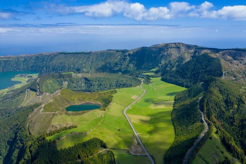 Vista aerea di Sete Cidades nel lago Azul sul sao Miguel Azores, Portogallo dell'isola Foto fatta da sopra nel fuco immagine stock