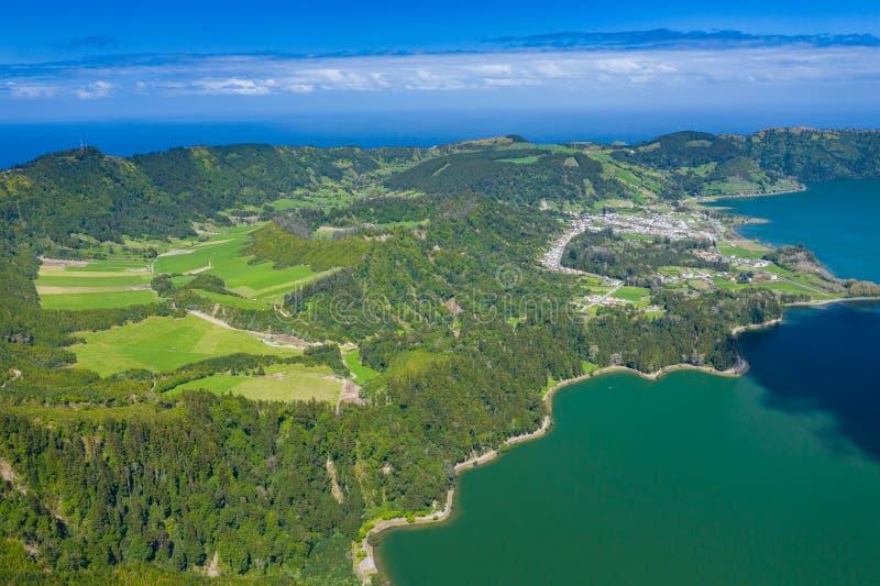 Vista aerea di Sete Cidades nel lago Azul sul sao Miguel Azores, Portogallo dell'isola Foto fatta da sopra nel fuco immagini stock