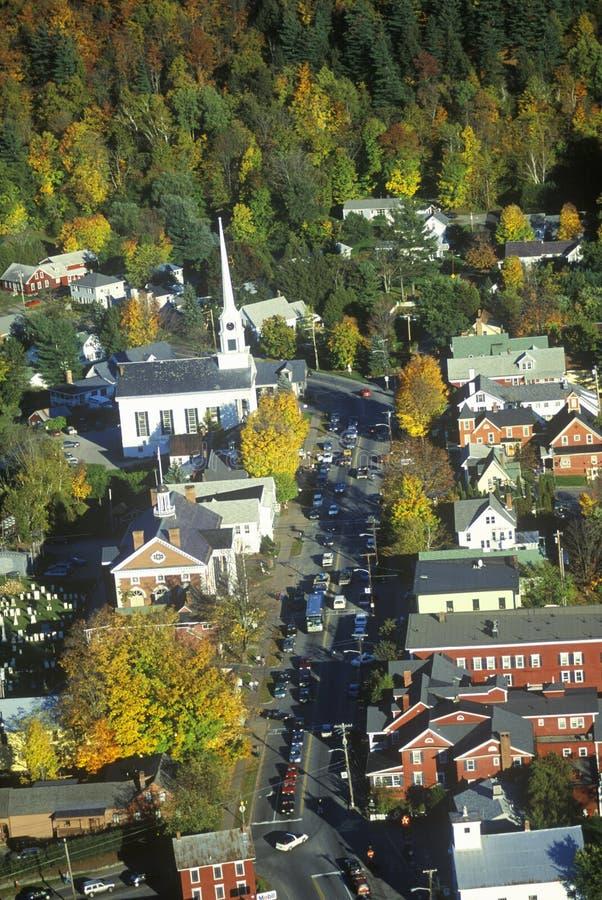 Vista aerea di Stowe, VT in autunno sull'itinerario scenico 100 fotografia stock libera da diritti