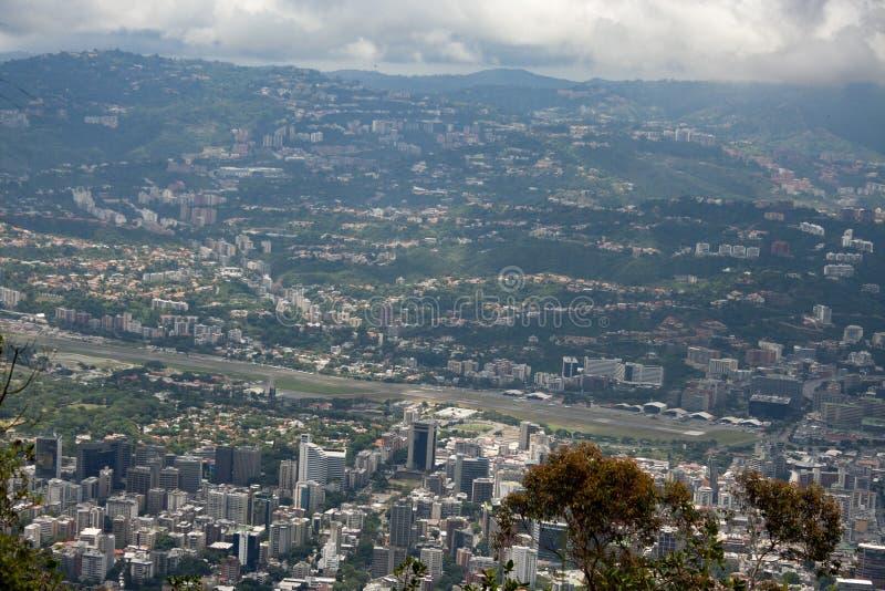 Vista aerea di stupore della città di Caracas dalla montagna iconica della capitale del Venezuela, EL Avila o Waraira Repano immagine stock libera da diritti