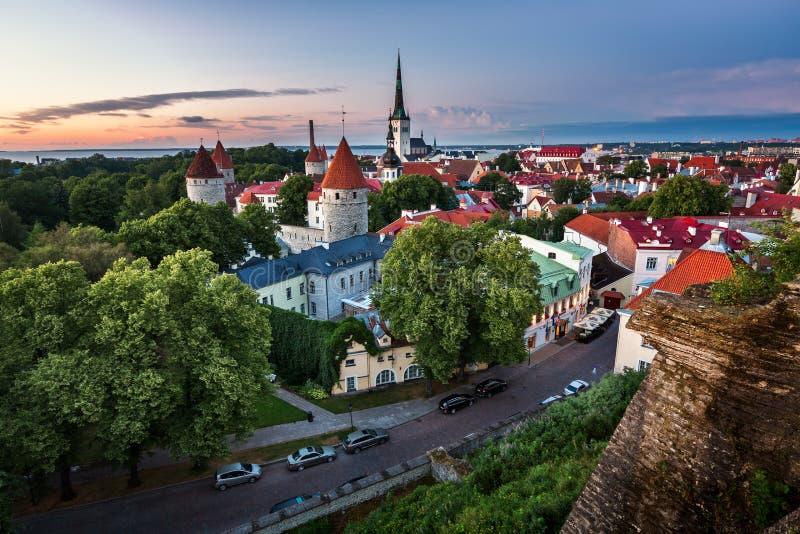 Vista aerea di Tallinn Città Vecchia dalla collina di Toompea nella sera fotografia stock libera da diritti