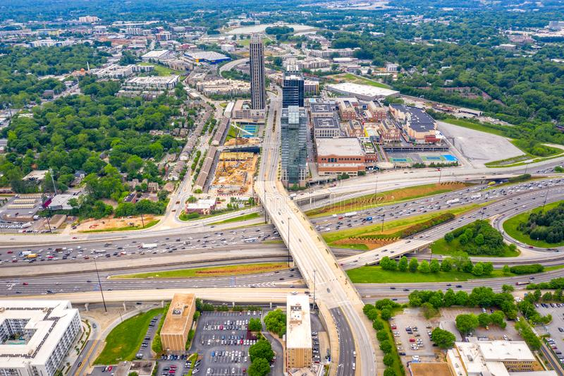 vista aerea di traffico e dell'intersezione della strada principale 85 di Midtown di Atlanta immagini stock libere da diritti