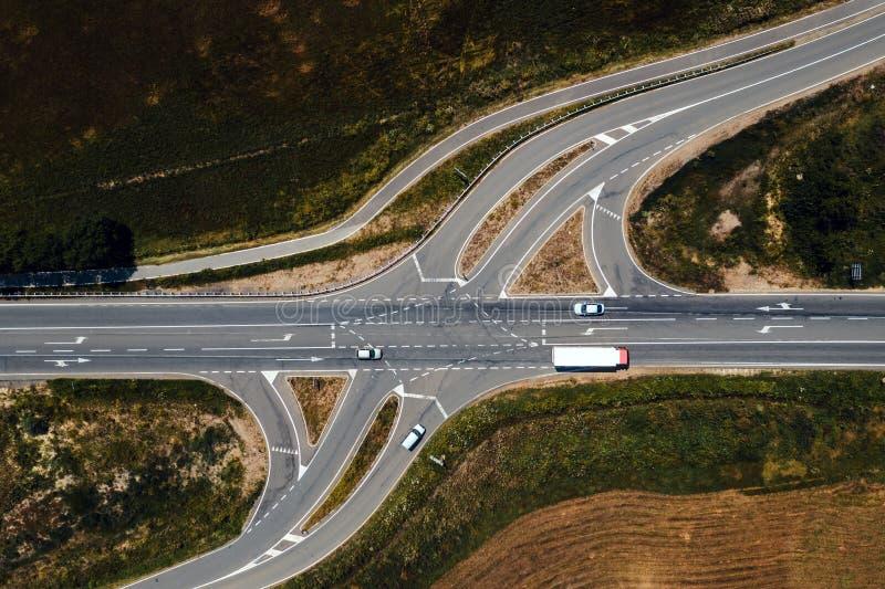 Vista aerea di traffico sull'intersezione della strada con le linee di giro immagini stock libere da diritti
