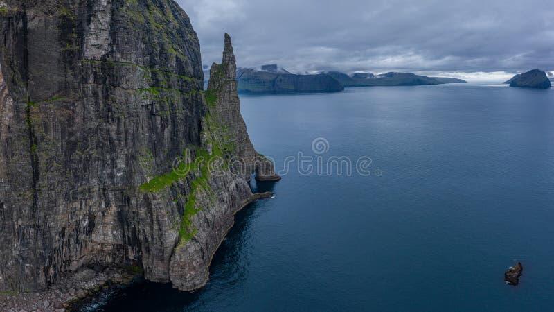 Vista aerea di Trollkonufingur -Witch Finger- Fjord sull'isola di Vagar immagine stock libera da diritti