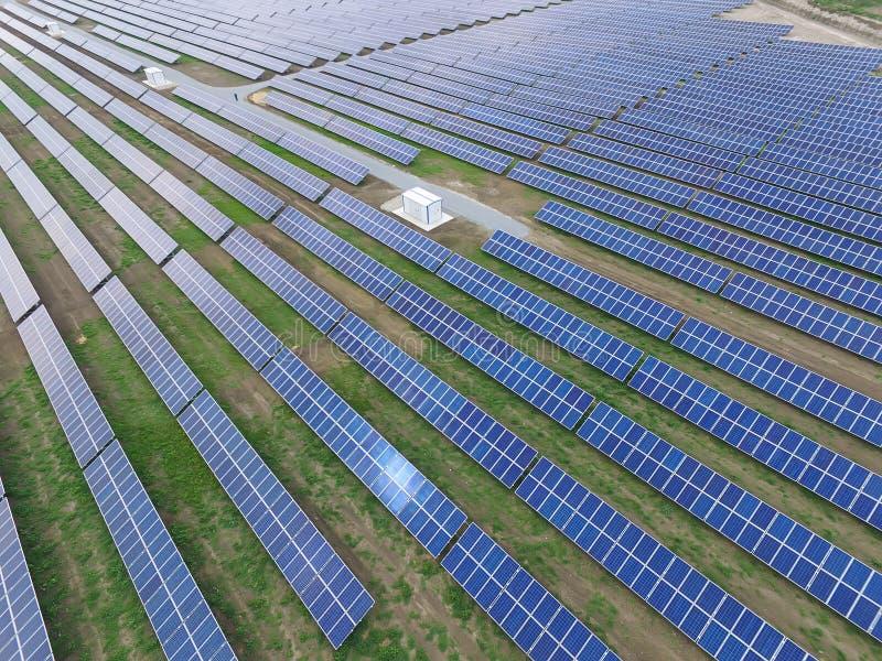 Vista aerea di un'azienda agricola solare producendo energia rinnovabile pulita del sole fotografia stock