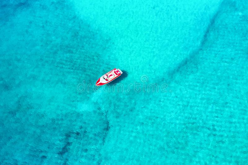 Vista aerea di un motoscafo attraccato sull'isola di Mykonos, Grecia immagine stock