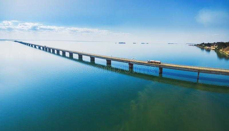 Vista aerea di un ponte stradale lungo sopra un fiume fotografie stock libere da diritti