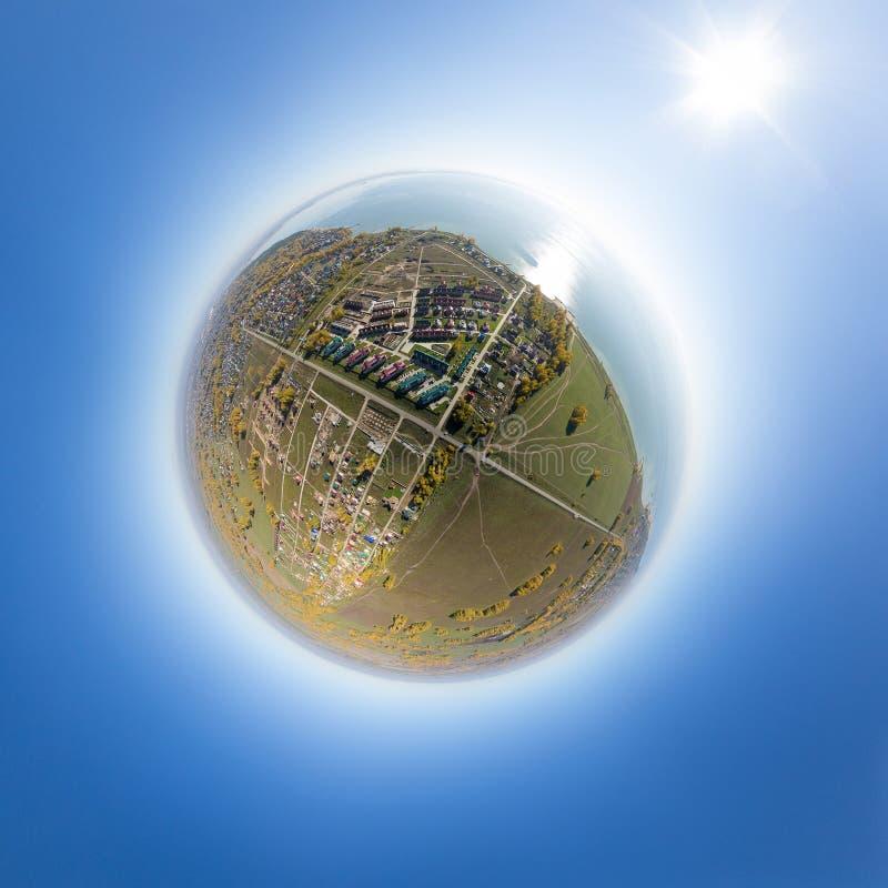 Vista aerea di un villaggio della casa di estate al mare blu immagini stock