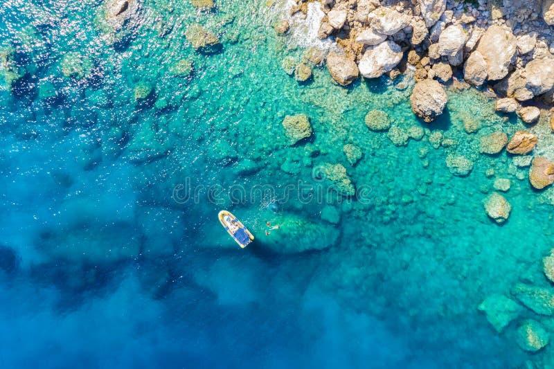 Vista aerea di una barca della costola con gli snorkelers e gli operatori subacquei in Grecia fotografia stock