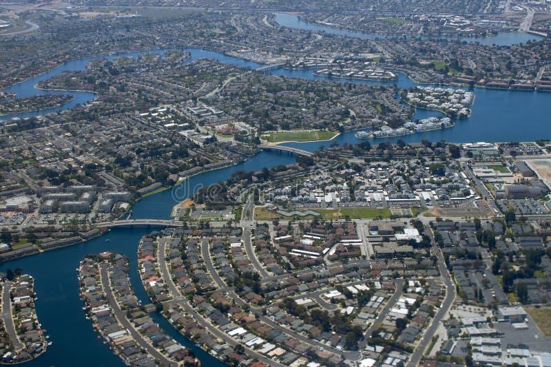 Vista aerea di una città su una baia immagini stock