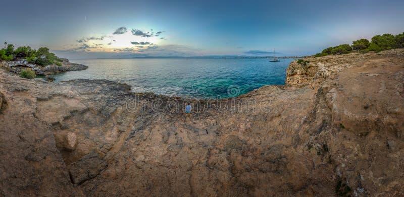 Vista aerea di una linea della costa su Mallorca al tramonto fotografia stock