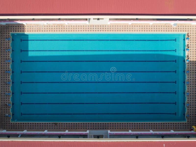 vista aerea di una piscina vuota nel pomeriggio immagini stock