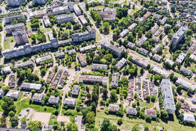 Vista aerea di una vicinanza residenziale un giorno soleggiato immagini stock libere da diritti