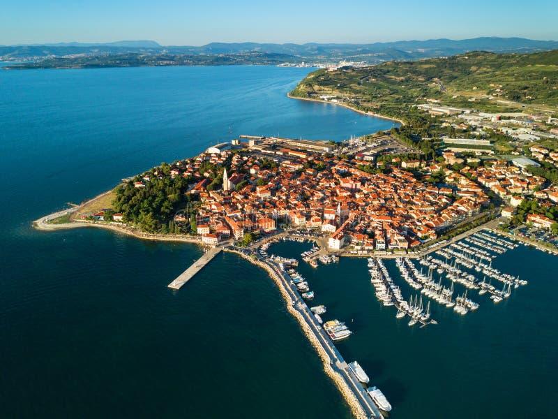 Vista aerea di vecchia città da pesca Isola in Slovenia, paesaggio urbano con il porticciolo al tramonto Costa di mare adriatica, immagine stock libera da diritti