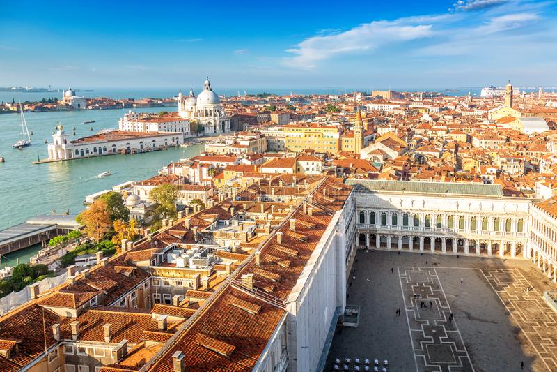 Vista aerea di Venezia, di Santa Maria della Salute e della piazza San Marco durante il giorno di estate di primo mattino Venezia fotografia stock