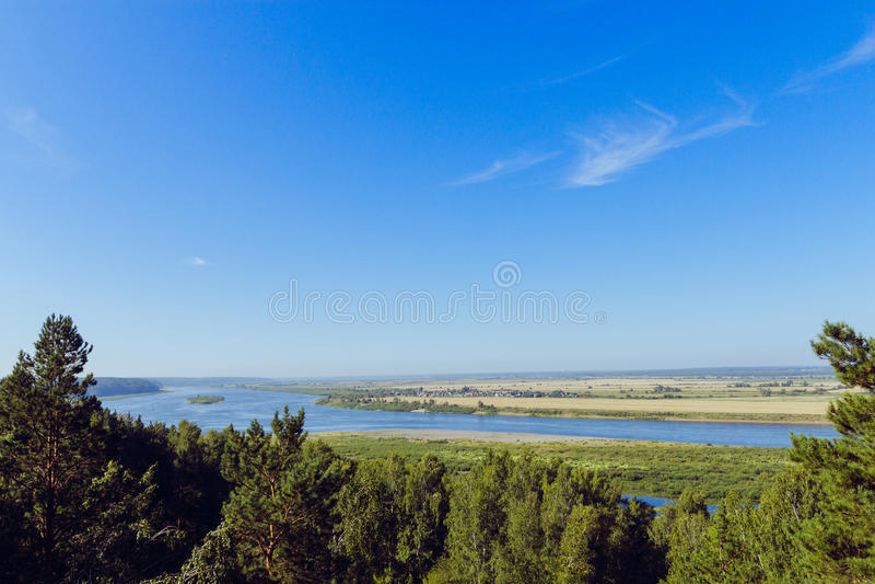 Vista aerea il fiume sulla pianura verde della foresta immagini stock libere da diritti