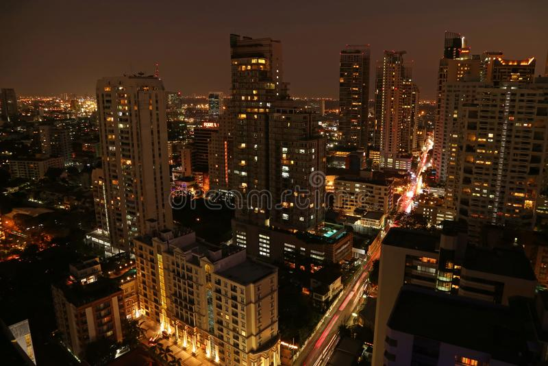 Vista aerea incredibile di paesaggio urbano con i grattacieli della città di Bangkok alla notte fotografie stock libere da diritti