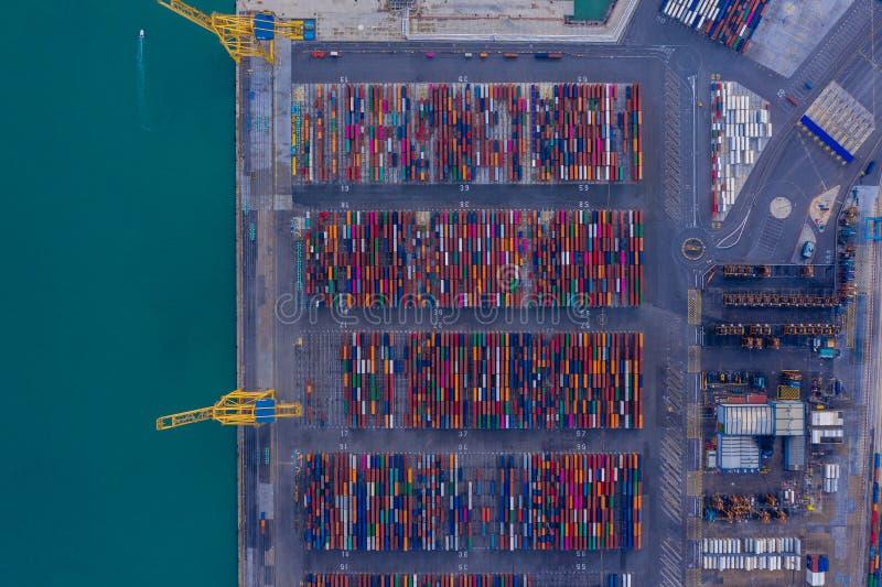 Vista aerea intermodale del container da sopra Attrezzature e gru del porto Mare blu e contenitori variopinti fotografia stock