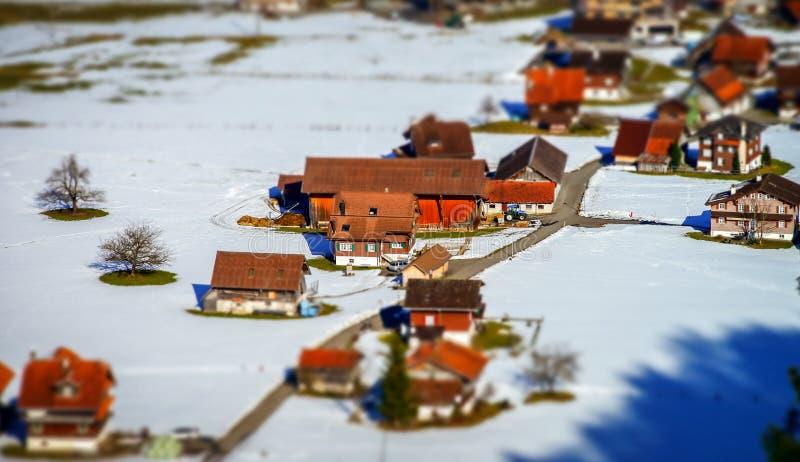 Vista aerea miniatura dello inclinazione-spostamento del villaggio in alpi immagini stock libere da diritti