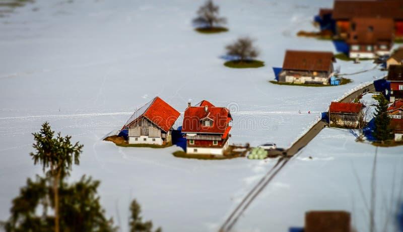 Vista aerea miniatura dello inclinazione-spostamento del villaggio in alpi fotografie stock libere da diritti