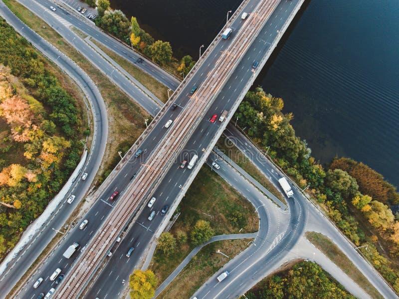Vista aerea o superiore dal fuco al bivio, autostrada senza pedaggio e ponte e traffico di automobile in grande città, concetto u fotografie stock