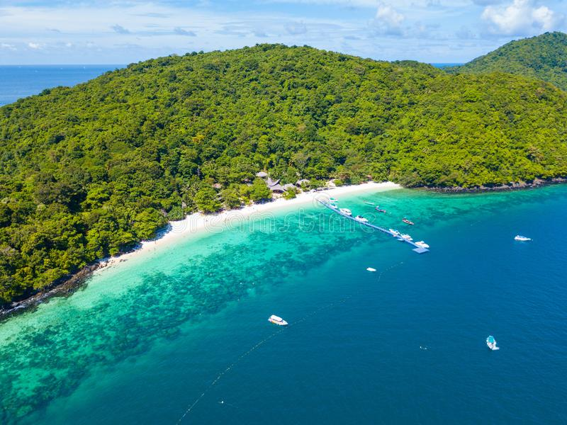 Vista aerea o vista superiore della spiaggia tropicale dell'isola con chiaro wate fotografia stock libera da diritti