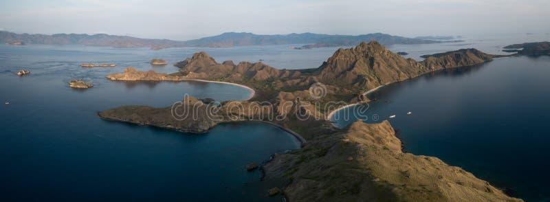 """Vista aerea panoramica """"dell'isola di Padar """"nell'alba dall'isola di Komodo, parco nazionale di Komodo, Labuan Bajo, Flores, Indo fotografie stock"""