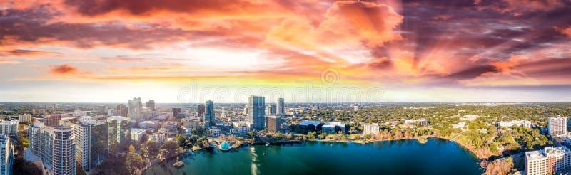 Vista aerea panoramica del lago Eola e delle costruzioni circostanti, o fotografie stock libere da diritti