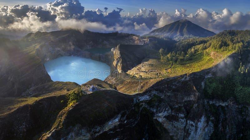 Vista aerea panoramica del vulcano di Kelimutu e dei suoi laghi del cratere, Indonesia immagine stock libera da diritti