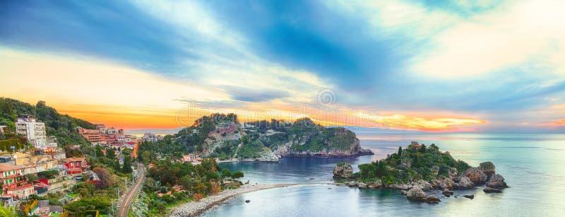 Vista aerea panoramica dell'isola e della spiaggia di Isola Bella in Taormina fotografie stock libere da diritti
