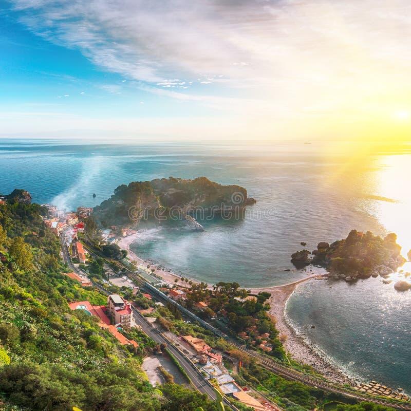 Vista aerea panoramica dell'isola e della spiaggia di Isola Bella in Taormina immagini stock libere da diritti
