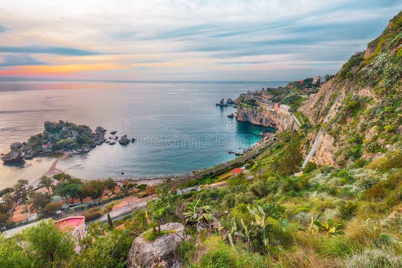 Vista aerea panoramica dell'isola e della spiaggia di Isola Bella in Taormina fotografia stock libera da diritti