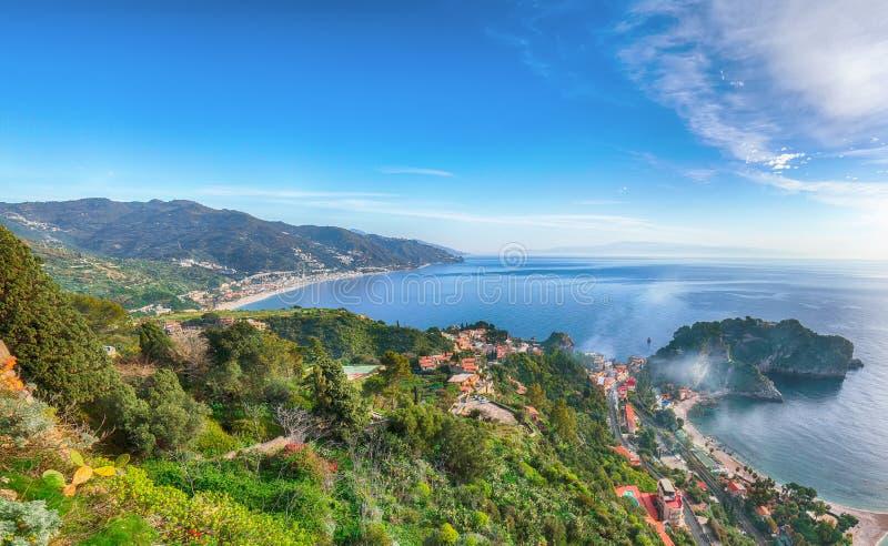 Vista aerea panoramica dell'isola e della spiaggia di Isola Bella in Taormina fotografie stock