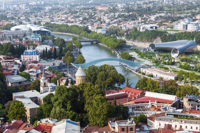 Vista aerea panoramica della città di Tbilisi, il fiume Kura, ponte di pace fotografia stock libera da diritti